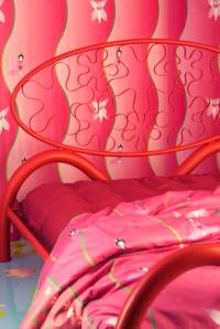particolare letto, lenzuola e carta da parati foto Yoshie Nishikawa