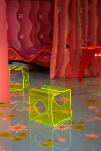 """sgabello """"Erotic Rainbow"""", pavimento e tenda foto Yoshie Nishikawa"""